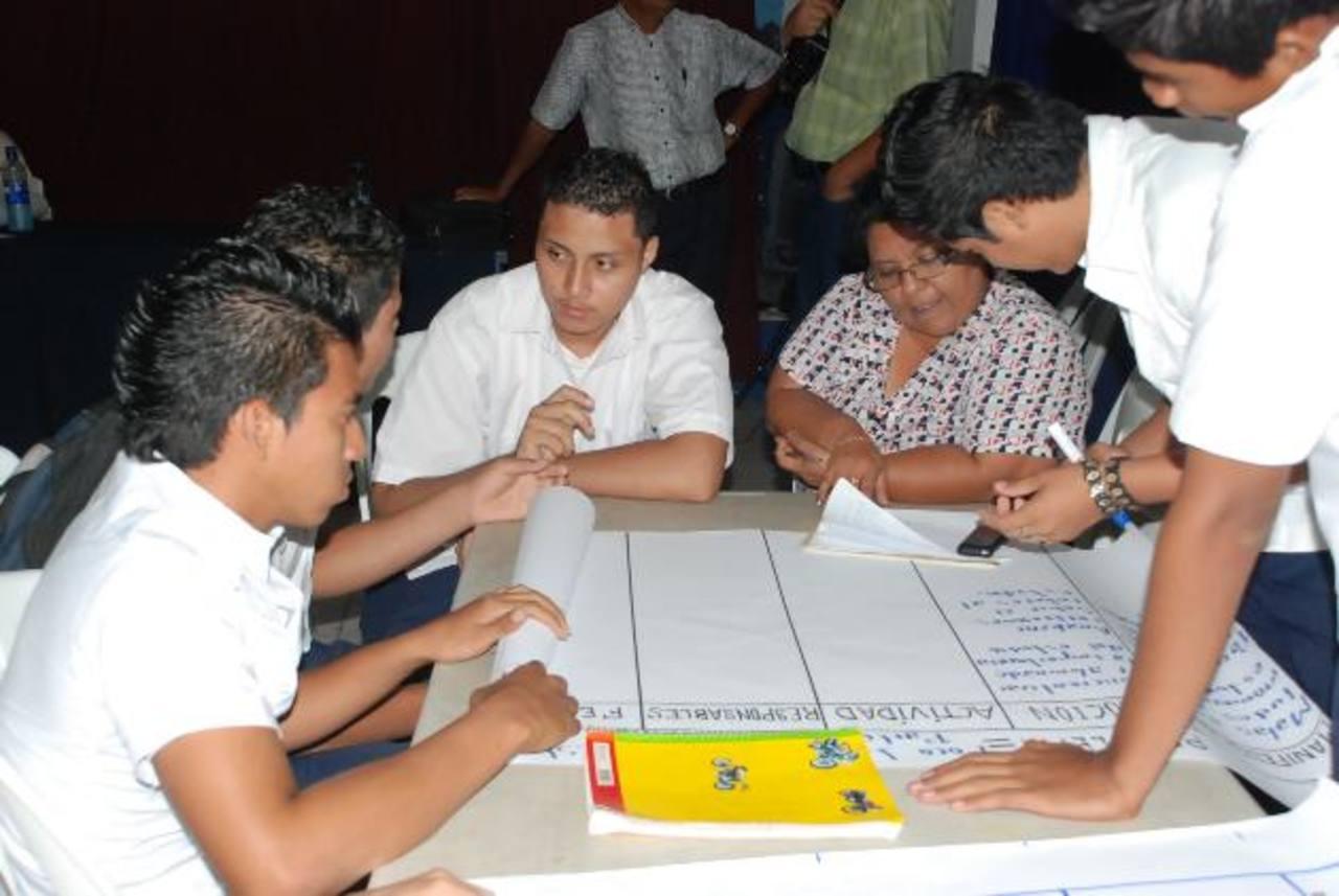 Los jóvenes participaron de diversos conversatorios para prevenir la violencia a través de programas deportivos, culturales y sociales. Foto EDH / Insy Mendoza