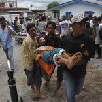 Un hombre herido es evacuado a la clínica local después de un fuerte terremoto . Foto/ Reuters