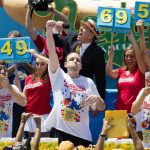 Joey Chestnut, al centro, gana el concurso de comedores de hot dogs de Coney island, Nueva York. Foto/ AP