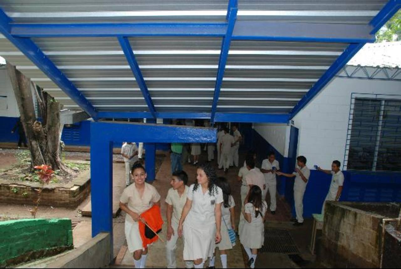 Los techos de las aulas y de algunos pasillos fueron reparados por el Ministerio de Educación. Los alumnos ya no sufrirán durante el invierno. fotos edh / CRISTIAN DÍAZ