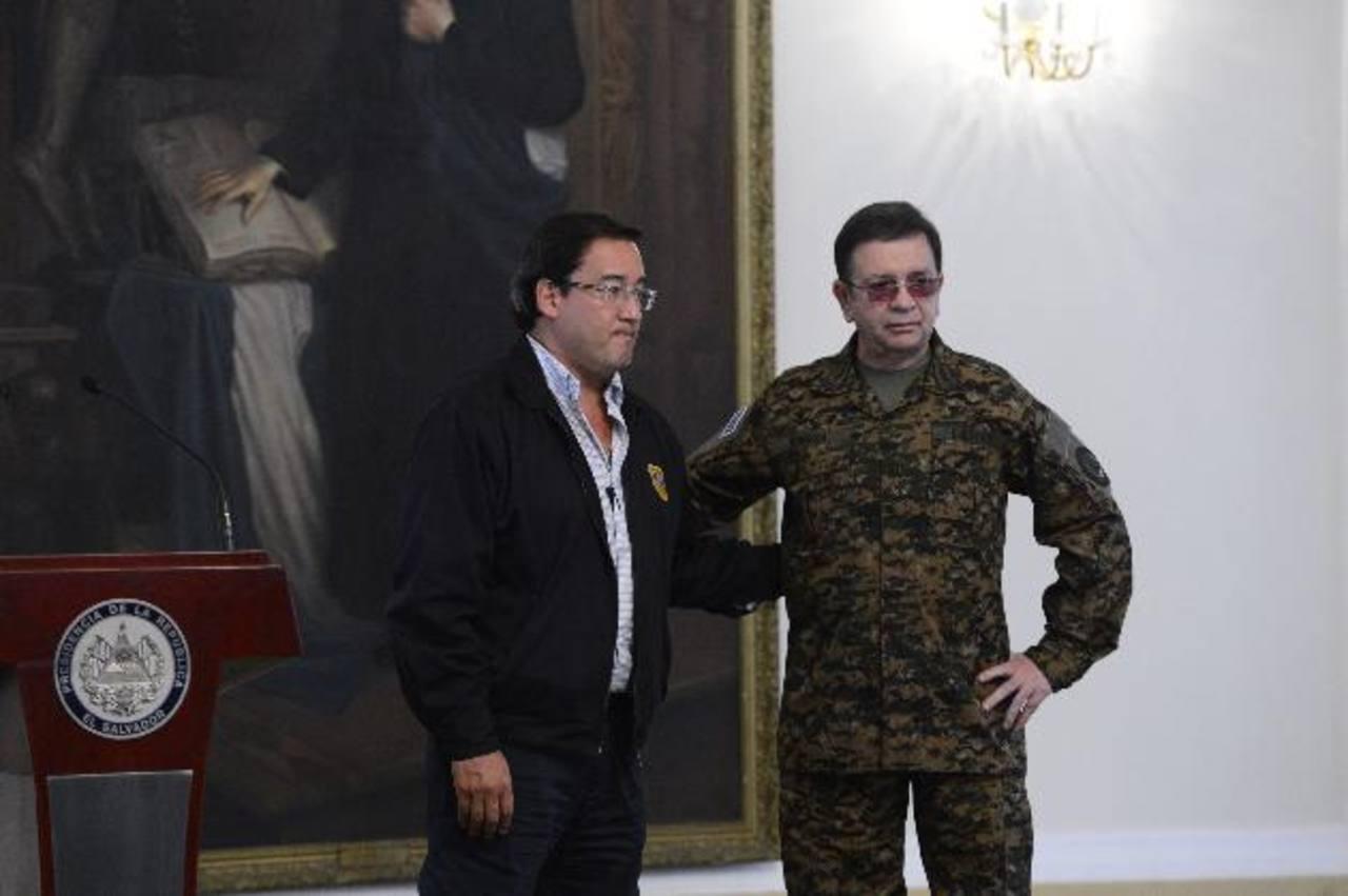 El Fiscal Luis Martínez y el ministro Munguía Payés posan para los fotoperiodistas y camarógrafos. Foto EDH / Marvin Recinos