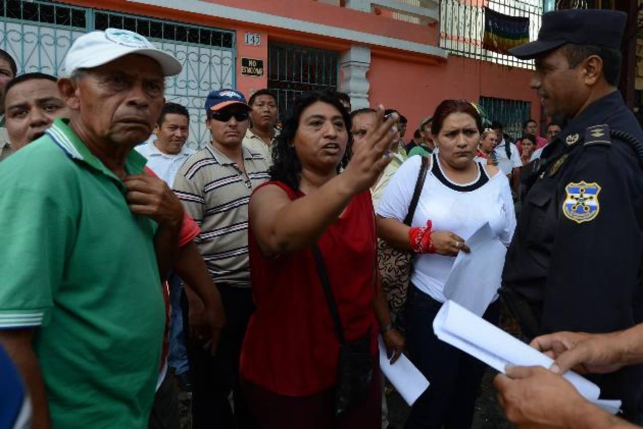 Los miembros de las asociaciones se culpaban entre sí por los inconvenientes que surgieron ayer. Foto EDH / MAURICIO CÁCERES