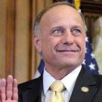 El senador Steve King vuelve a desatar la polémica al arremeter contra inmigrantes.
