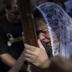 Una mujer llora de emoción al tocar una cruz en el Día Mundial de la Juventud en la plaza Largo do Machado de Río de Janeiro. Foto/ AP