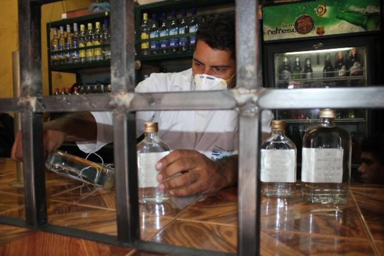 Técnicos del Ministerio de Salud realizaron pruebas de pureza en diferentes marcas de licor, encontrando irregularidades en varios productos. Foto EDH / cortesía