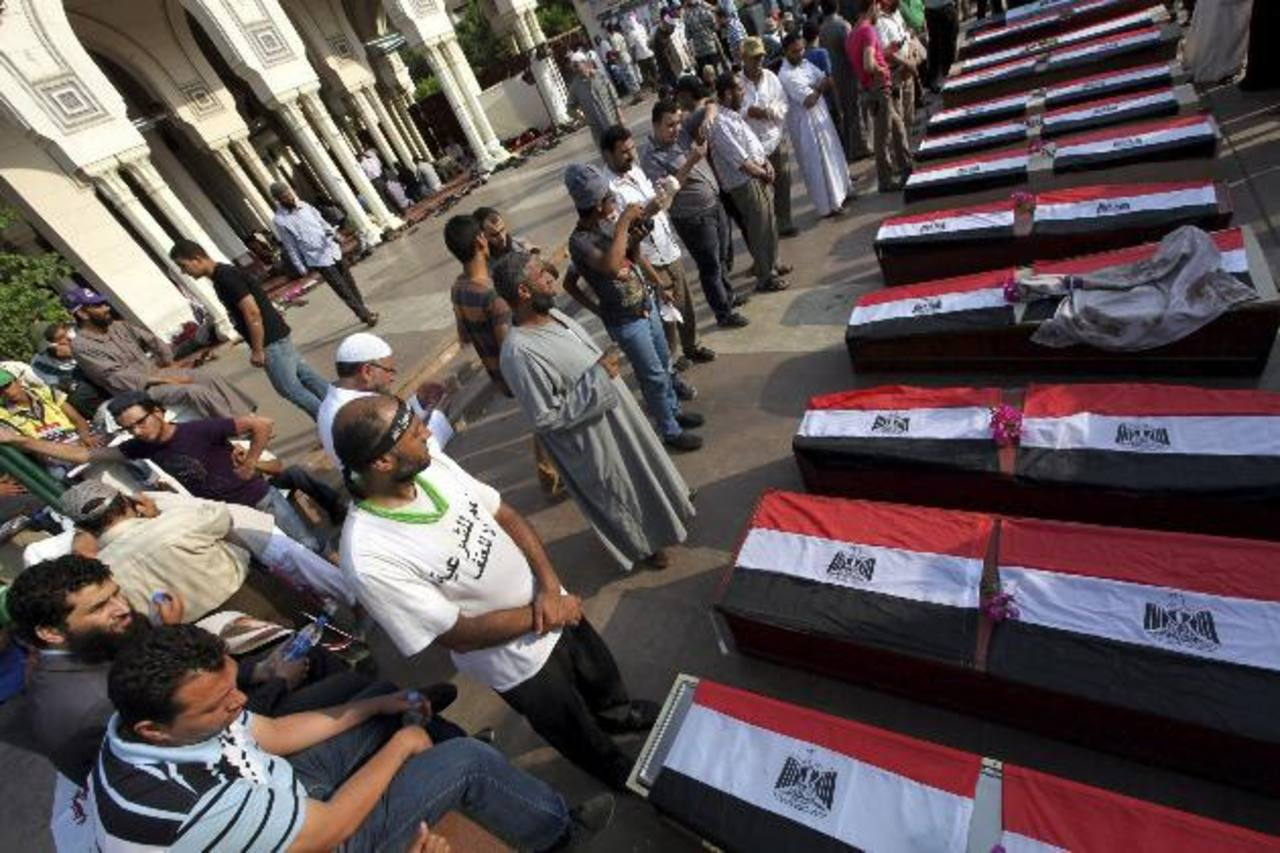 Los funerales de los partidarios del derrocado gobierno. Unas 54 personas murieron el lunes en choques con el ejército. foto edh / efe