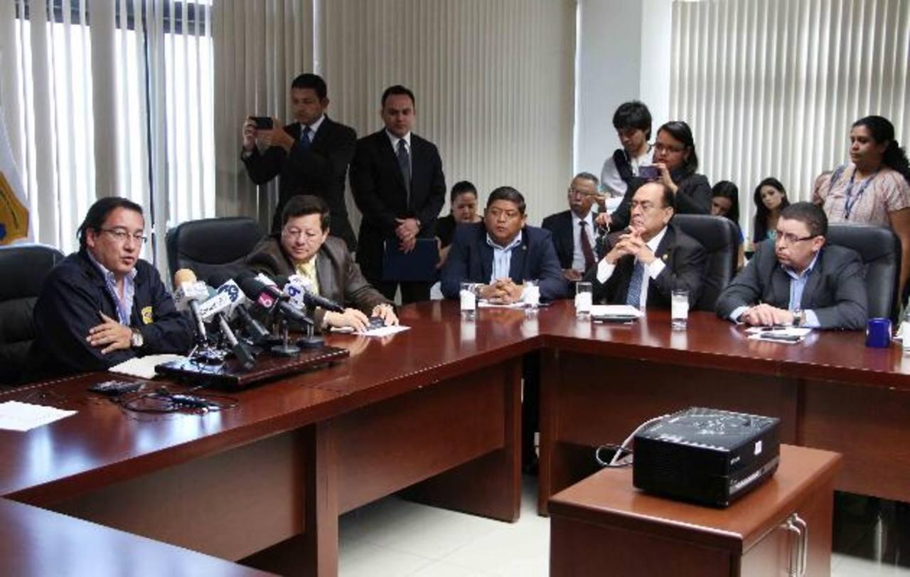 foto edh / douglas urquillaMartínez (a la izquierda) se pronunció tras reunirse con diputados de la Comisión de Seguridad. Foto EDH/Cortesía FGR