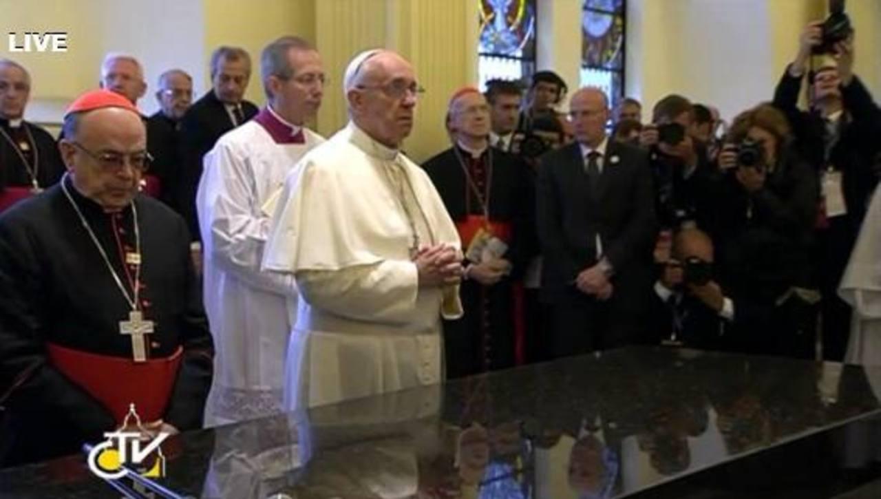 El pontífice visitó la imagen de la Virgen en la basílica de la Aarecida.