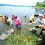 Las campañas de limpieza en el Lago de Ilopango, están dentro del programa Limpiemos El Salvador. foto edh / archivo