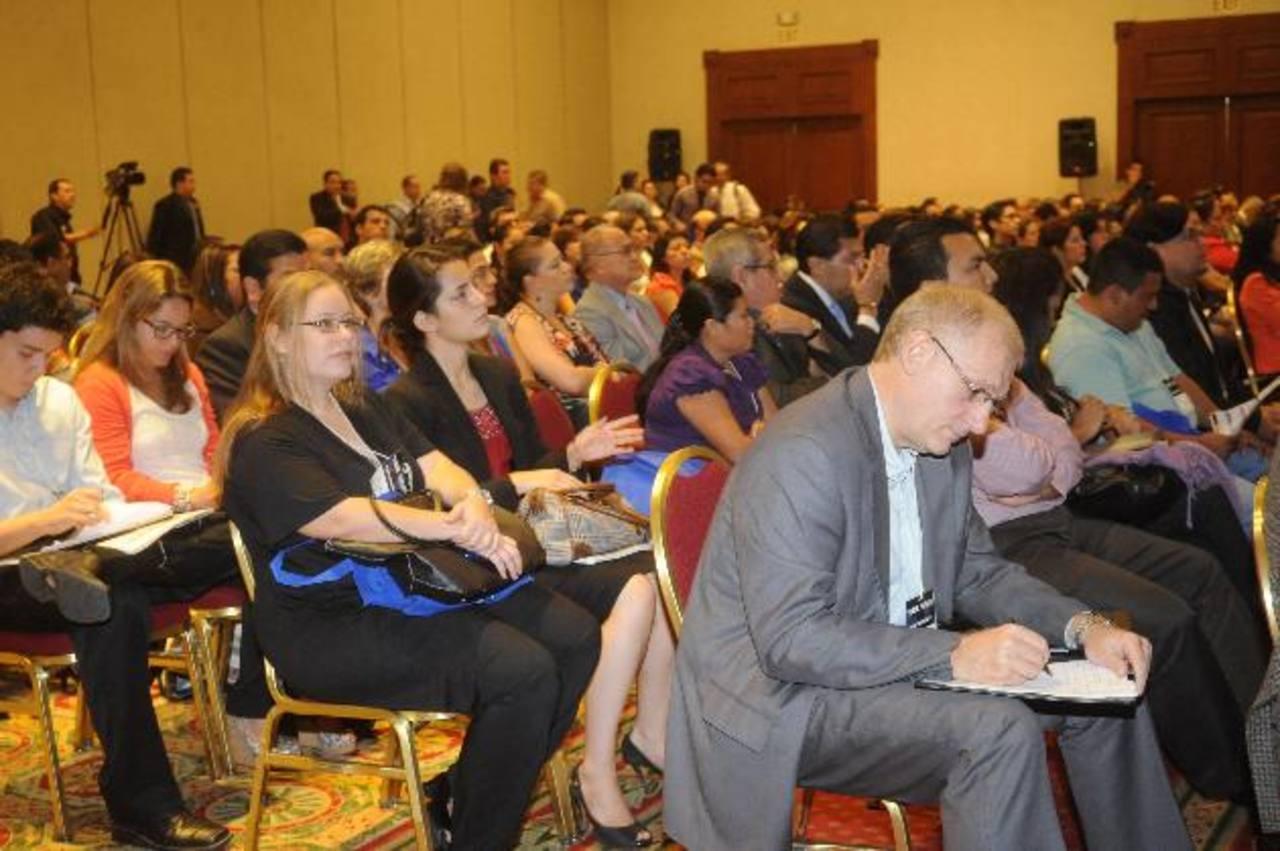 """Empresarios, políticos y otros asistieron al segundo día de la """"Semana de Responsabilidad Social Empresarial. /EDH"""
