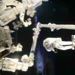 El astronauta italiano Luca Parmitano colocado en la punta de un brazo robot durante una caminata fuera de la Estación Espacial Internacional . Foto/ AP