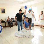 Guillermo Jiménez ha sido el encargado de enseñar la coreografía a este grupo de jóvenes. Foto/EDH René Estrada.