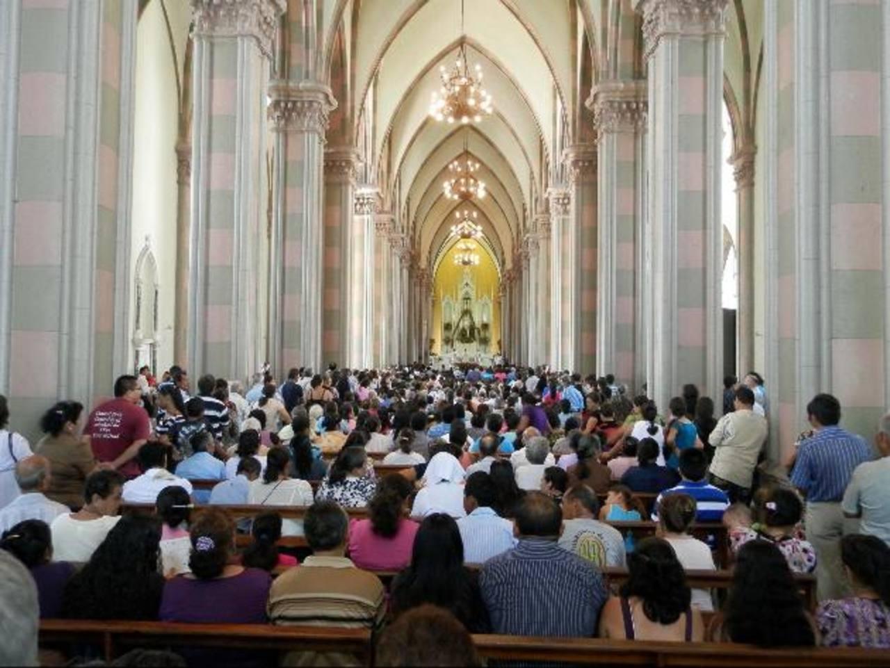 La catedral resultó abarrotada ayer por centenares de católicos que asistieron con fervor a la misa concelebrada, en honor a la Patrona de los santanecos. foto edh / MILTON JACO