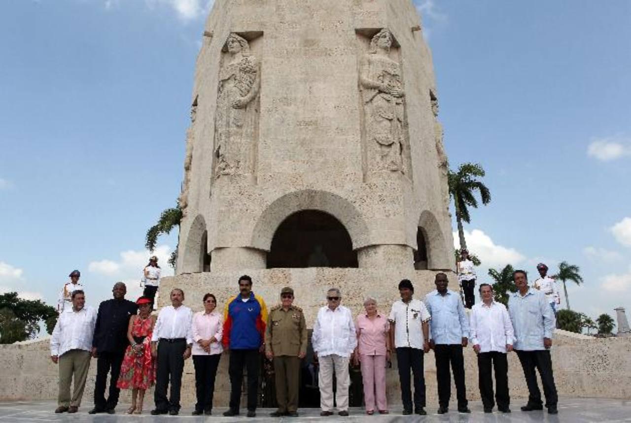 Los mandatarios del Alba posan junto al mausoleo José Martí en Santiago de Cuba. foto /EFE