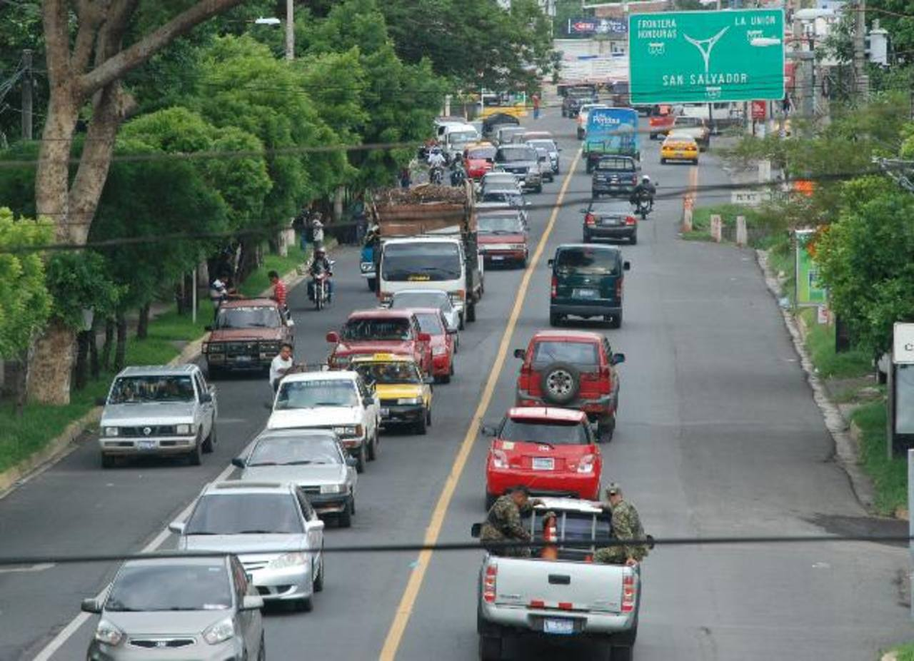 Conductores que salen y entran a la ciudad deben de armarse de paciencia. foto EDH Lucinda Quintanilla