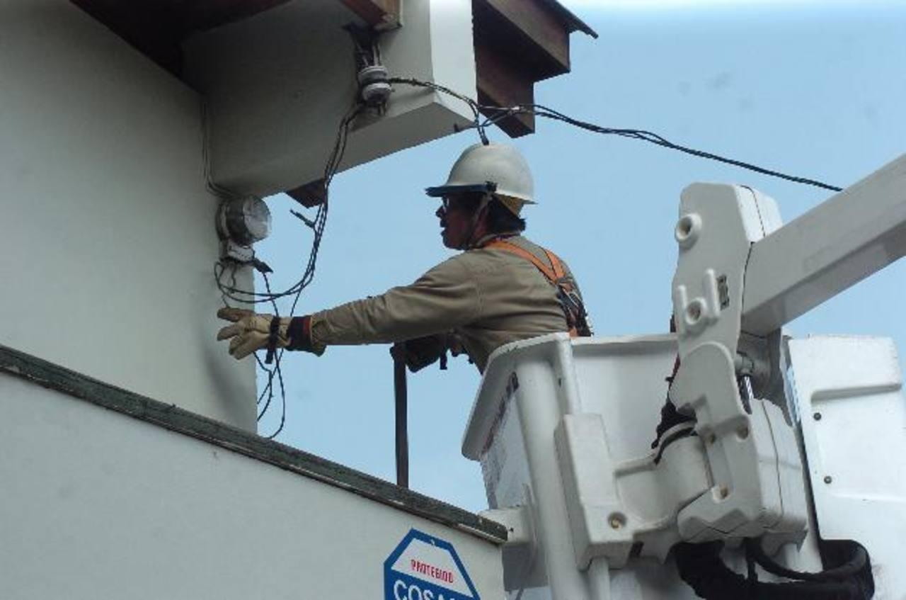 Los contratos de largo plazo, según la Siget, han venido a darle mayor estabilidad al costo de la energía. Foto EDH/archivo