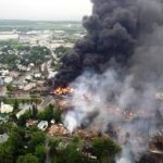 Tren descarrilado explota en pueblo de Canadá