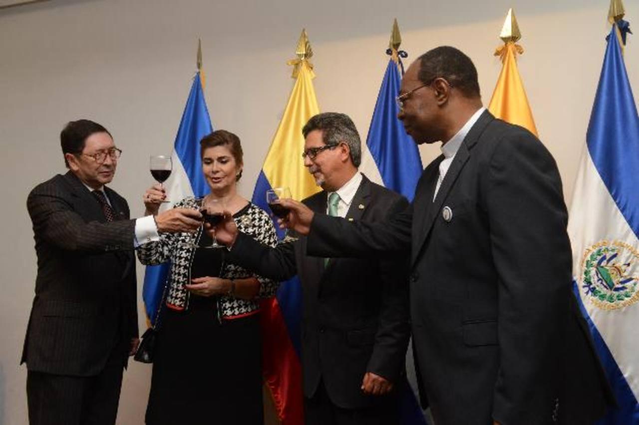 De izquierda a derecha. Julio Aníbal Riaño, María del Pilar de Riaño, Carlos Castaneda y León Kalenga en el brindis de independencia de Colombia. Fotos EDH / Miguel Villalta