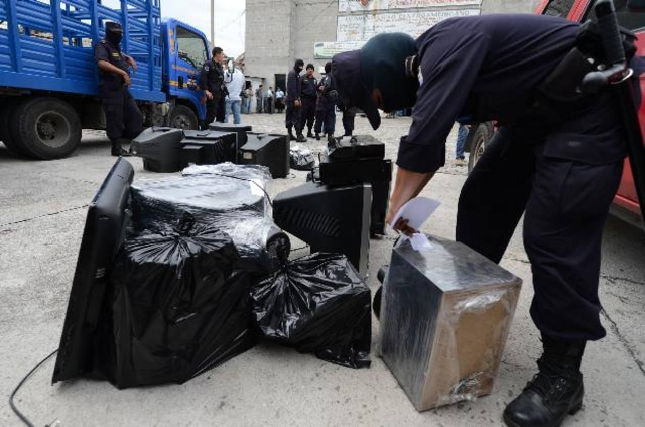Un policía prepara los objetos decomisados. Foto EDH / Mauricio Cáceres