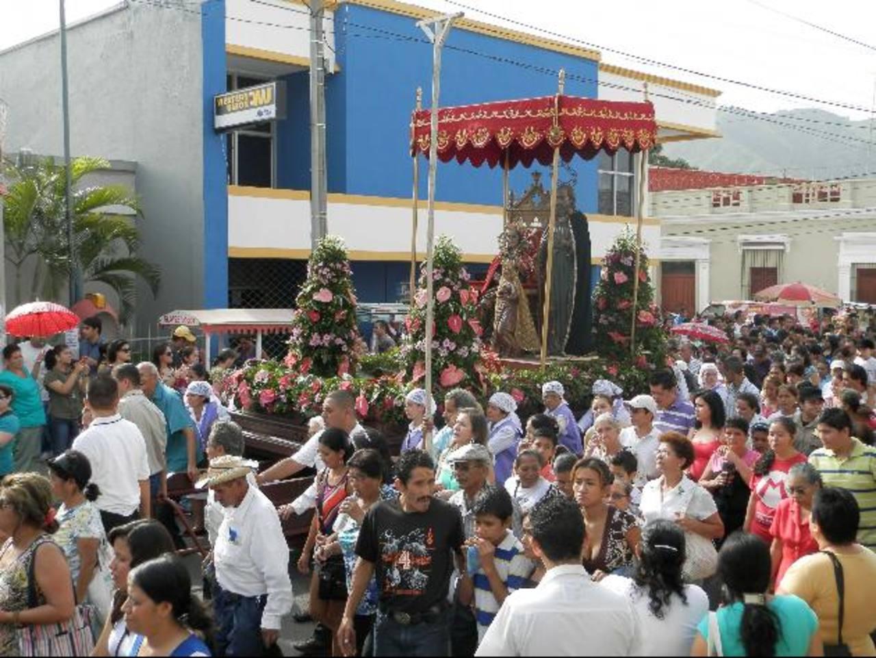 Miles de feligreses participaron en la procesión de la Señora Santa Ana, con el objetivo de pedir a la Patrona morena que siga protegiendo el departamento occidental. foto edh / Milton jaco