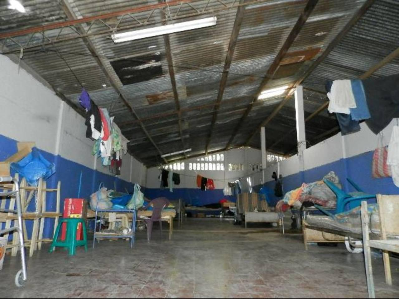 Actualmente las condiciones del dormitorio público no son las más adecuadas para los adultos mayores. Foto EDH / Milton jaco