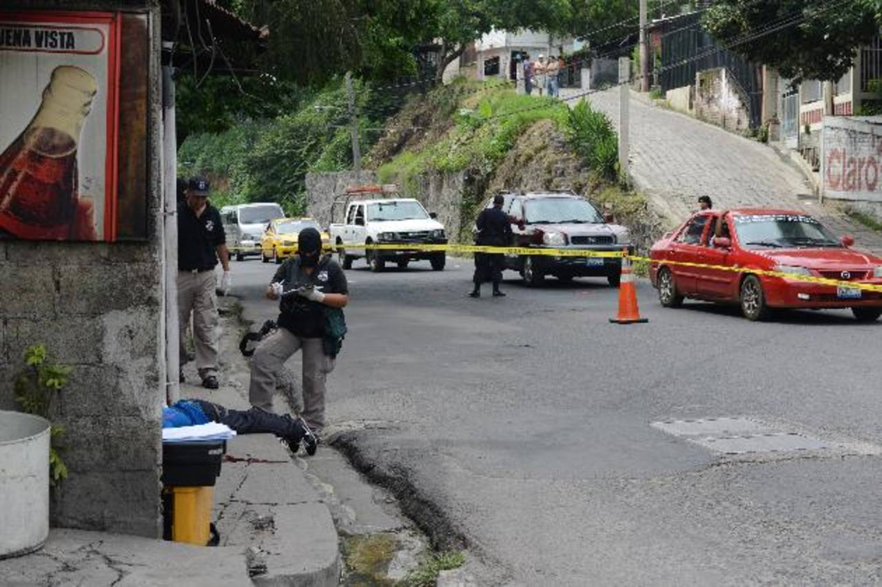 Escena del asesinato de un hombre en la colonia Buena Vista, en Mejicanos, cerca del punto de la Ruta 2-A. Foto EDH / Miguel Villalta