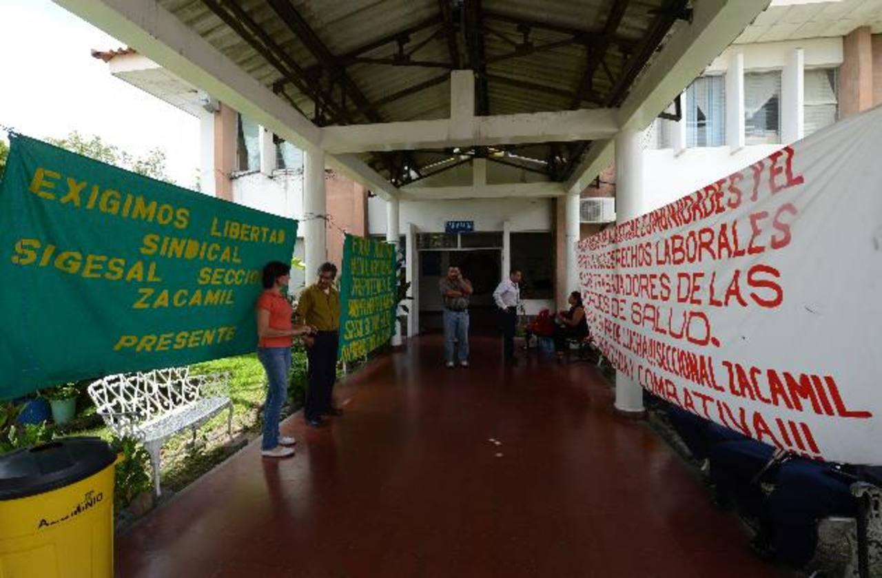 La gremial Sigesal protestó porque las autoridades quitaron la alimentación a los empleados en turno. foto edh / Archivo