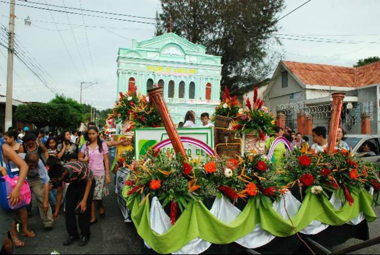 La Caja de Crédito de Santa Ana fue una de las más coloridas en el Desfile del Comercio. Hizo la réplica del centenario Teatro de la localidad, lo que despertó la admiración de las personas que presenciaron el recorrido. foto edh /cristian Díaz