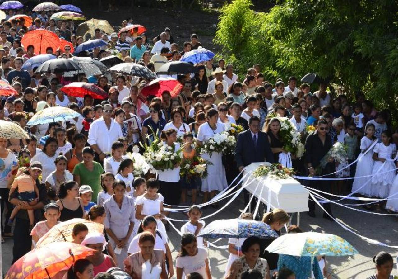 Cientos de adultos y niños acompañaron el cortejo fúnebre desde la catedral hasta el cementerio. Fotos EDH / Marvin Recinos