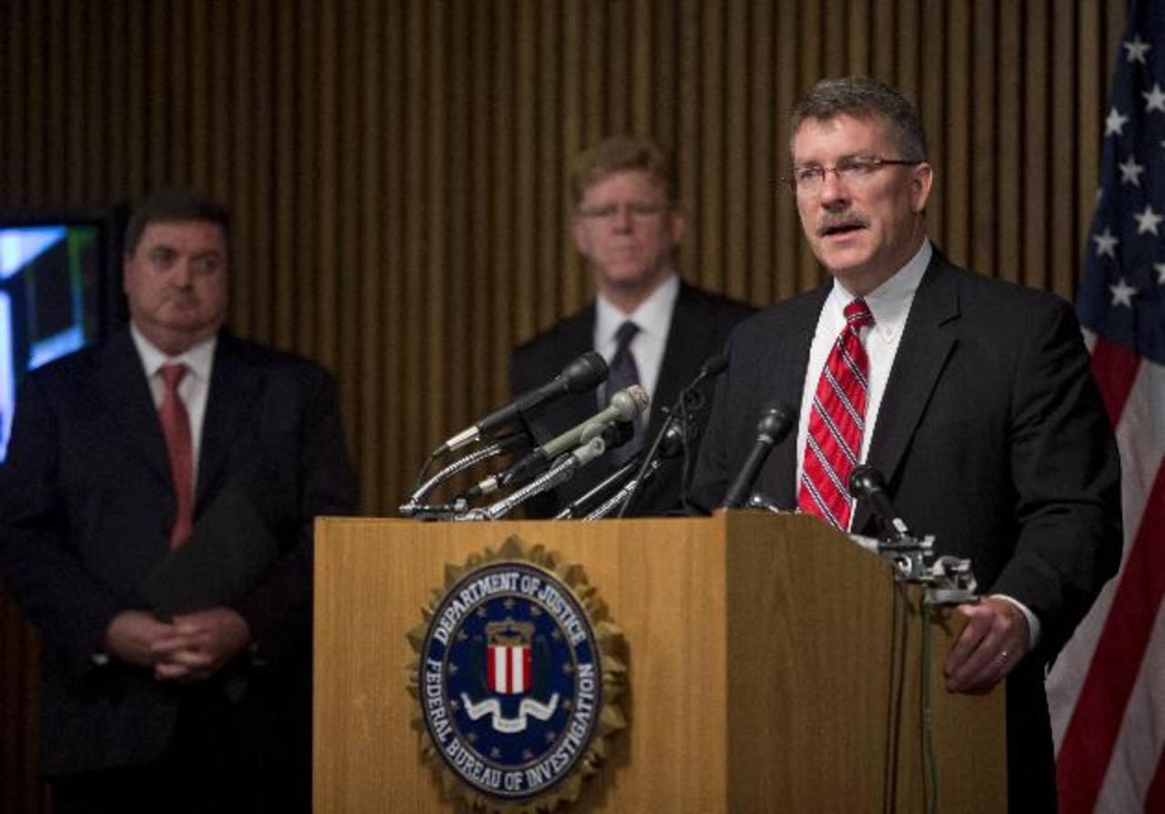 Ron Hosko, director asistente de la división de investigaciones criminales del FBI (a la derecha) participa en la conferencia de prensa en Washington. Foto/ AP