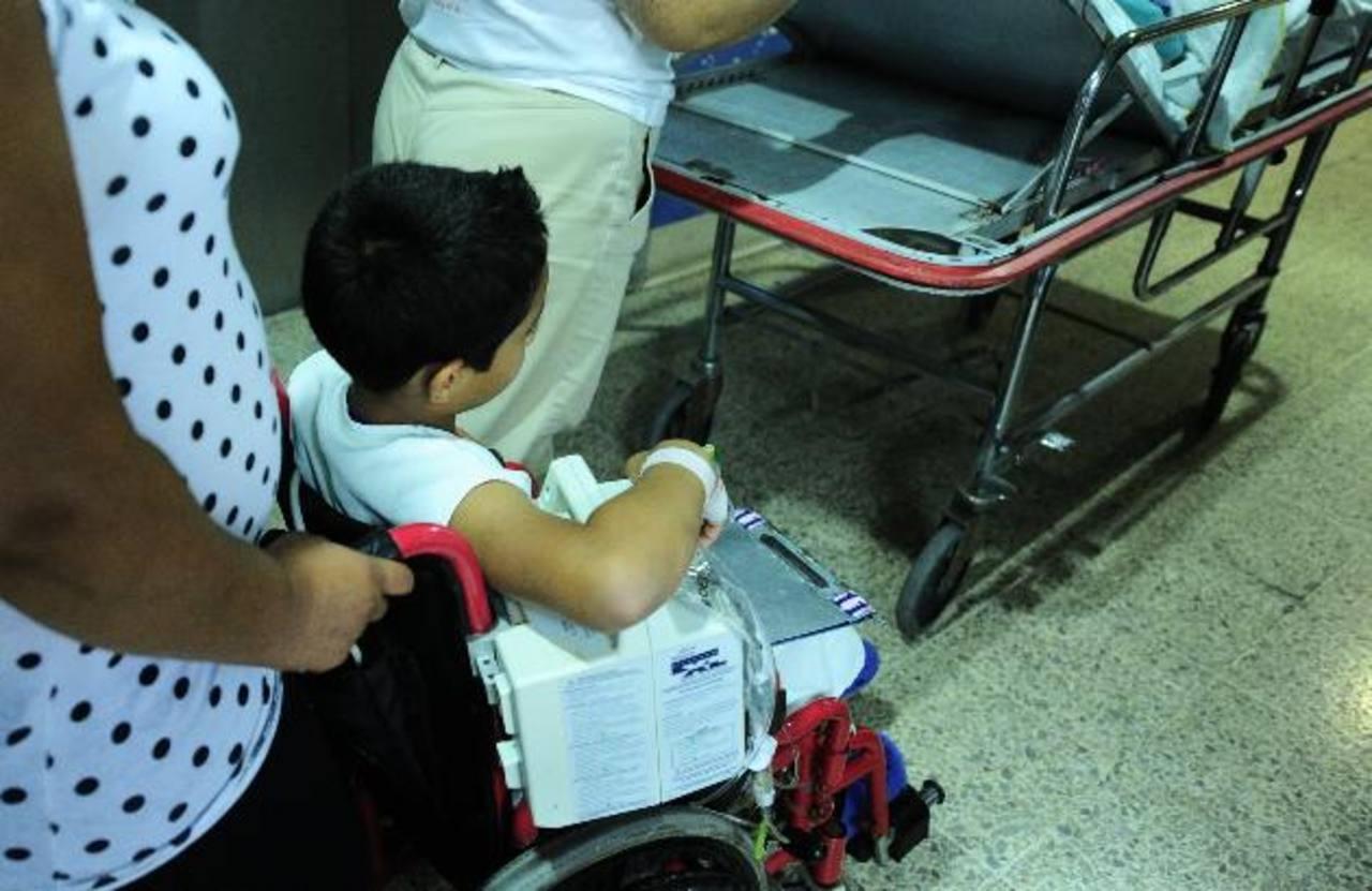 Un niño con hemofilia es trasladado en silla de ruedas por su madre en el Servicio de Hematología del hospital Bloom. Foto edh /archivo