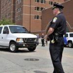 El acusado llegó al tribunal en una furgoneta y caravana de vehículos. Foto Agencias