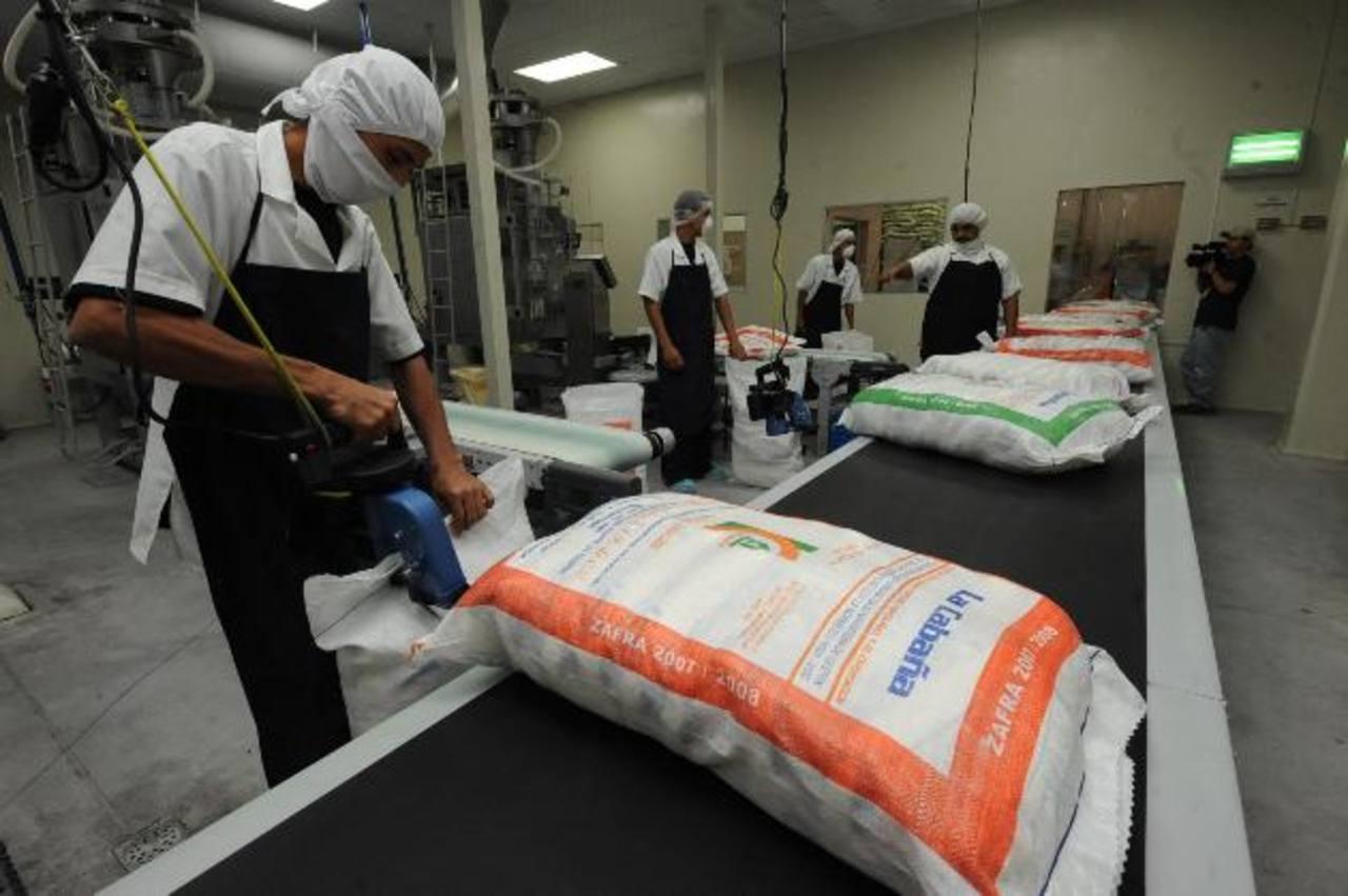 El azúcar salvadoreña podrá exportar 24,398 toneladas métricas a Europa en el primer año del AdA. Calvo podrá incrementar en cuatro mil toneladas sus exportaciones de atún. foto edh/Archivo