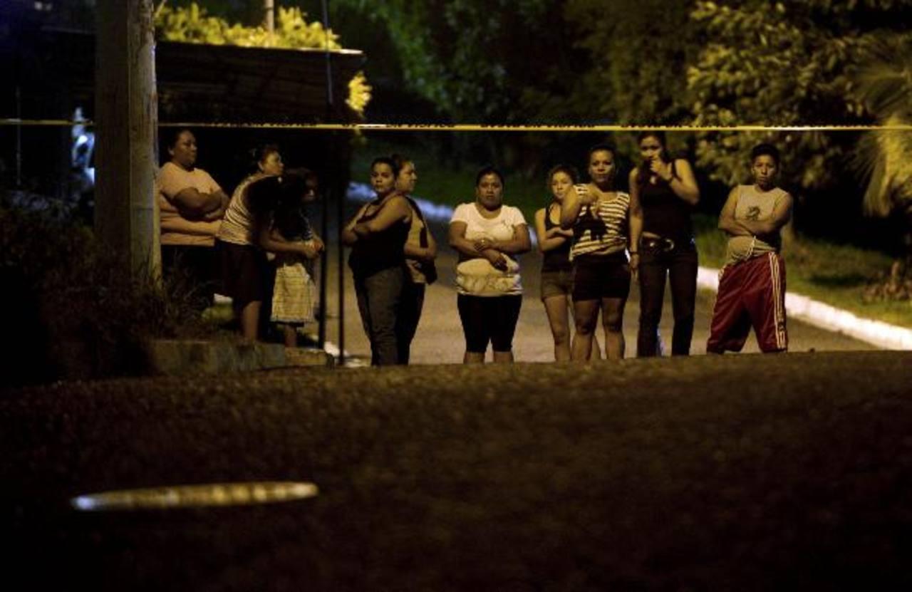 Personas observan donde hallaron el cadáver de una mujer en la Altavista. Foto EDH / Marvin Recinos.