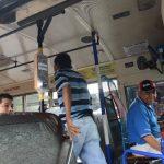Bus con los aparatos del sistema de cobro electrónico, en Santa Tecla. Foto EDH /