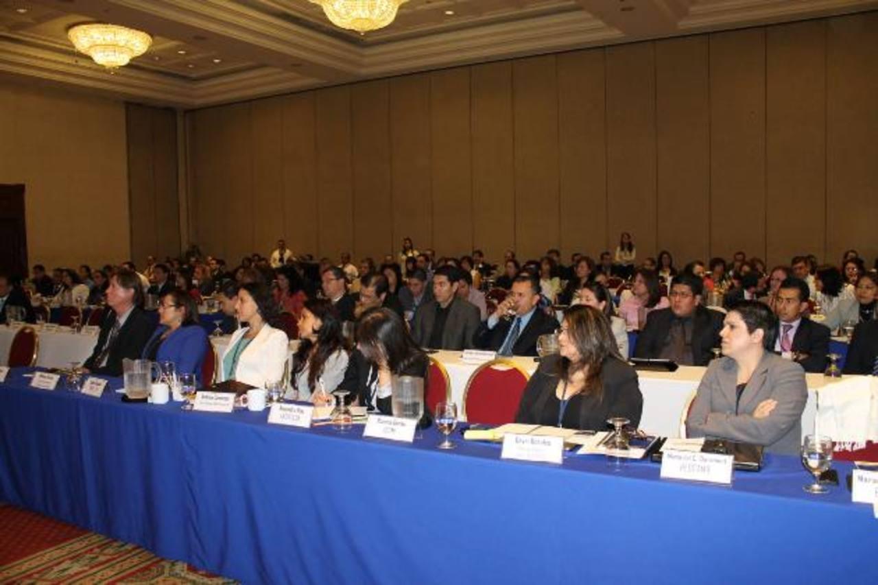 El foro buscó ampliar el conocimiento de los participantes para el desarrollo de los microseguros. foto EDH /cortesía