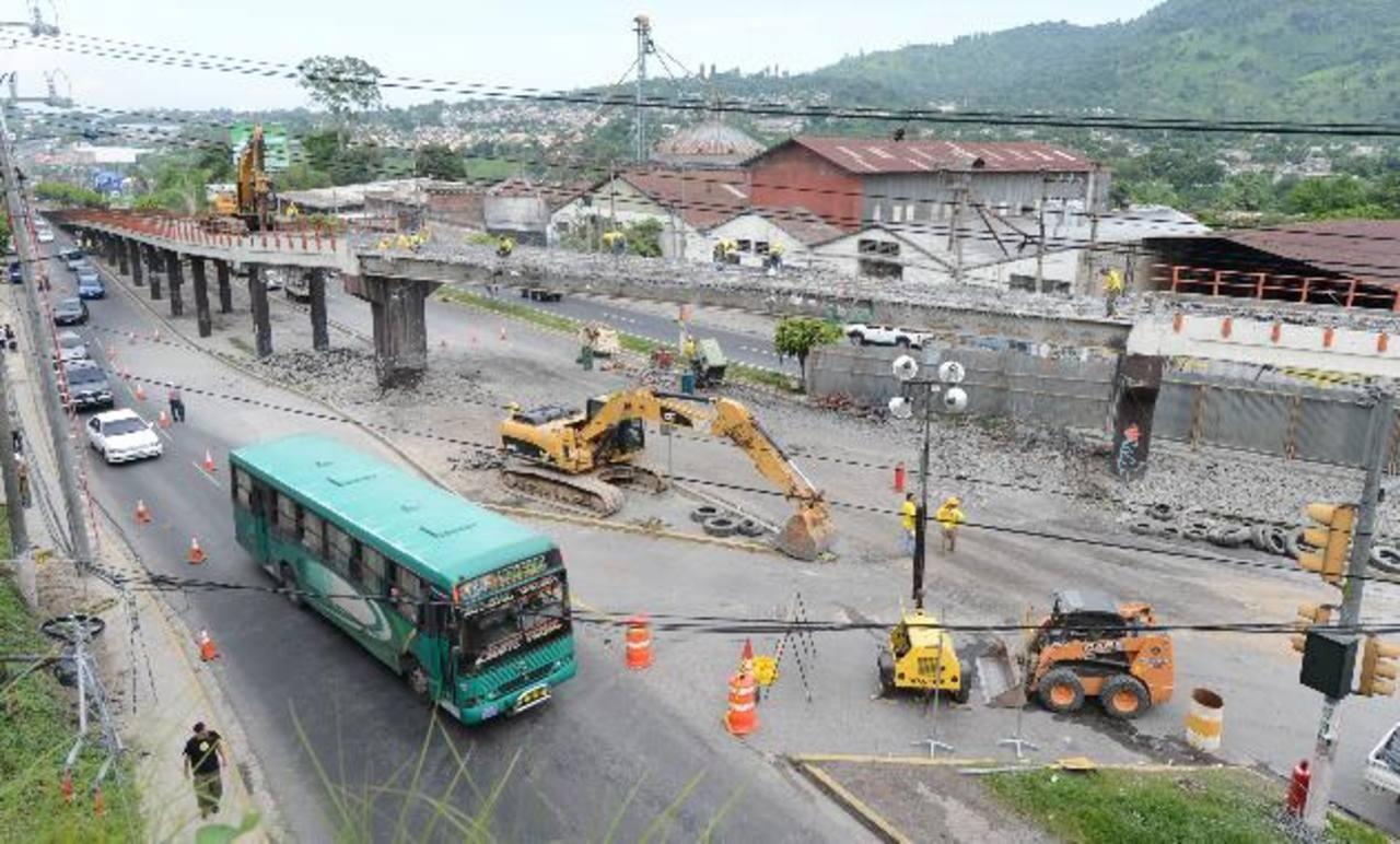 El trabajo inició ayer con la demolición y remoción de la carpeta asfáltica y con la demolición de la losa de concreto. FOTO Mauricio Cáceres.