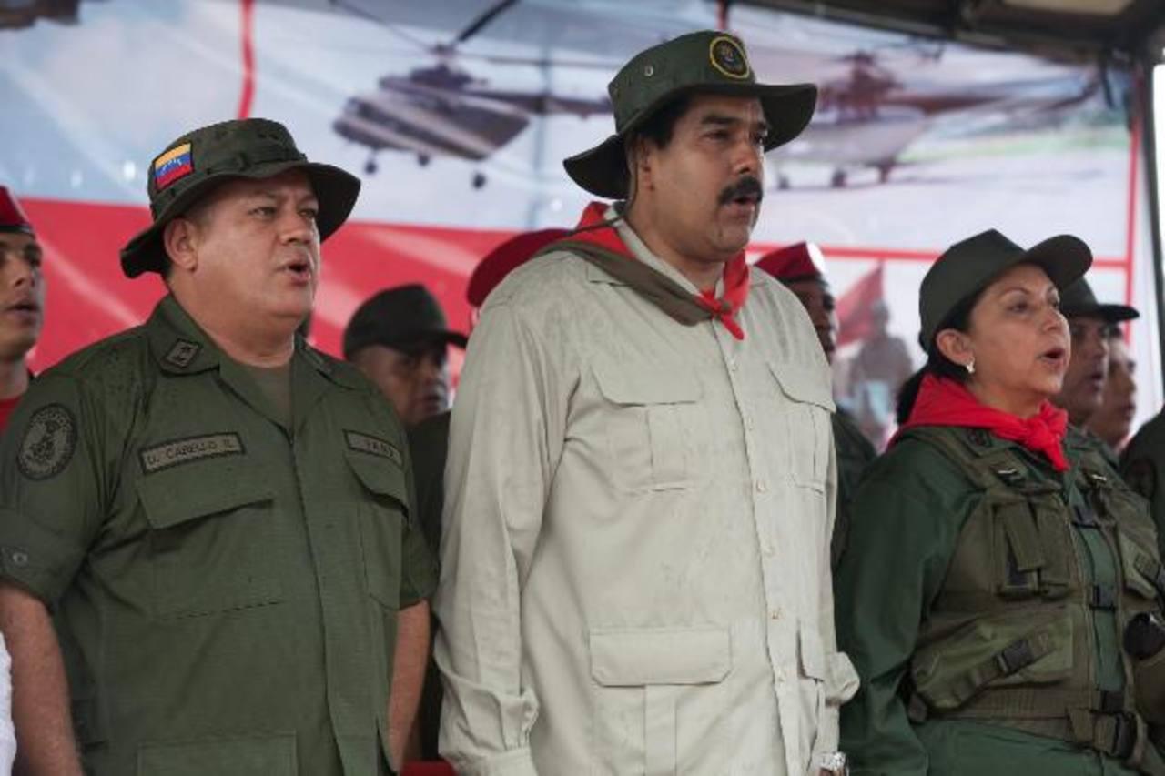Nicolás Maduro, Diosdado Cabello y la ministra de Defensa, Carmen Rivas, participaron ayer en la ceremonia de ascensos en la Fuerza Armada. Foto EDH /EFE