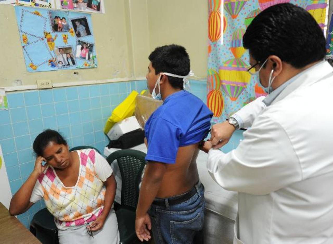 Un especialista chequea a un paciente con fibrosis quística en el hospital Bloom. Foto EDH / archivo