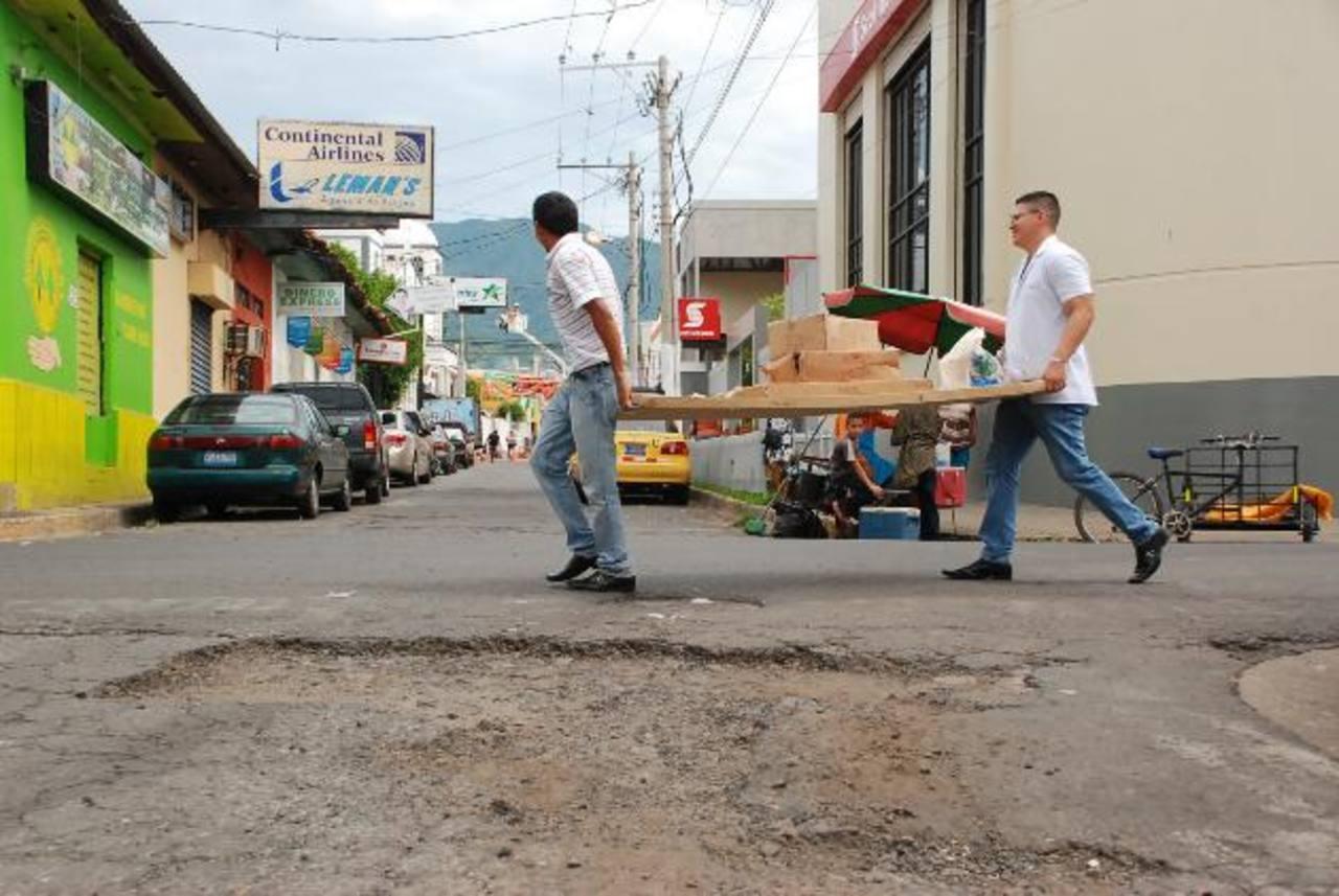 Las vías del centro de la cabecera lucen deterioradas, por lo que la comuna invierte en mejorarlas. fotos edh / insy Mendoza