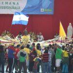 La Bandera de El Salvador ondea entre el grupo Peregrinos de la Paz, que participaron en procesiones ayer en el cierre de la Semana Misionera, junto a otras delegaciones del mundo. foto edh Salvadoreños participaron en procesiones ayer en el cierre d