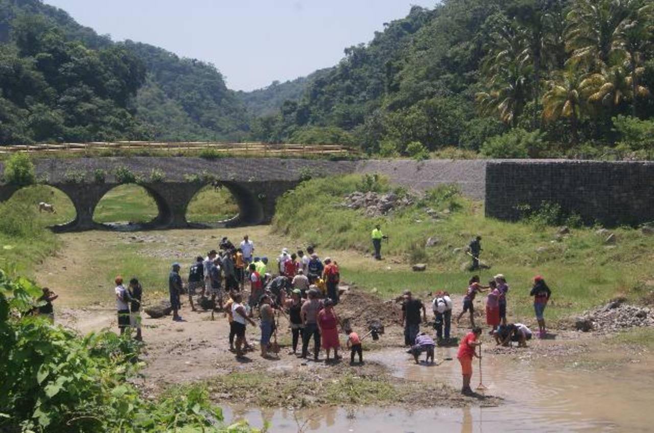 En la jornada participaron familias residentes en las riberas del lago. Foto edh / cortesía
