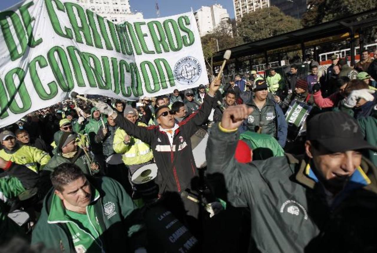 La central camionera inició una huelga de 24 horas contra las políticas del Gobierno de Cristina Fernández. foto edh / efe