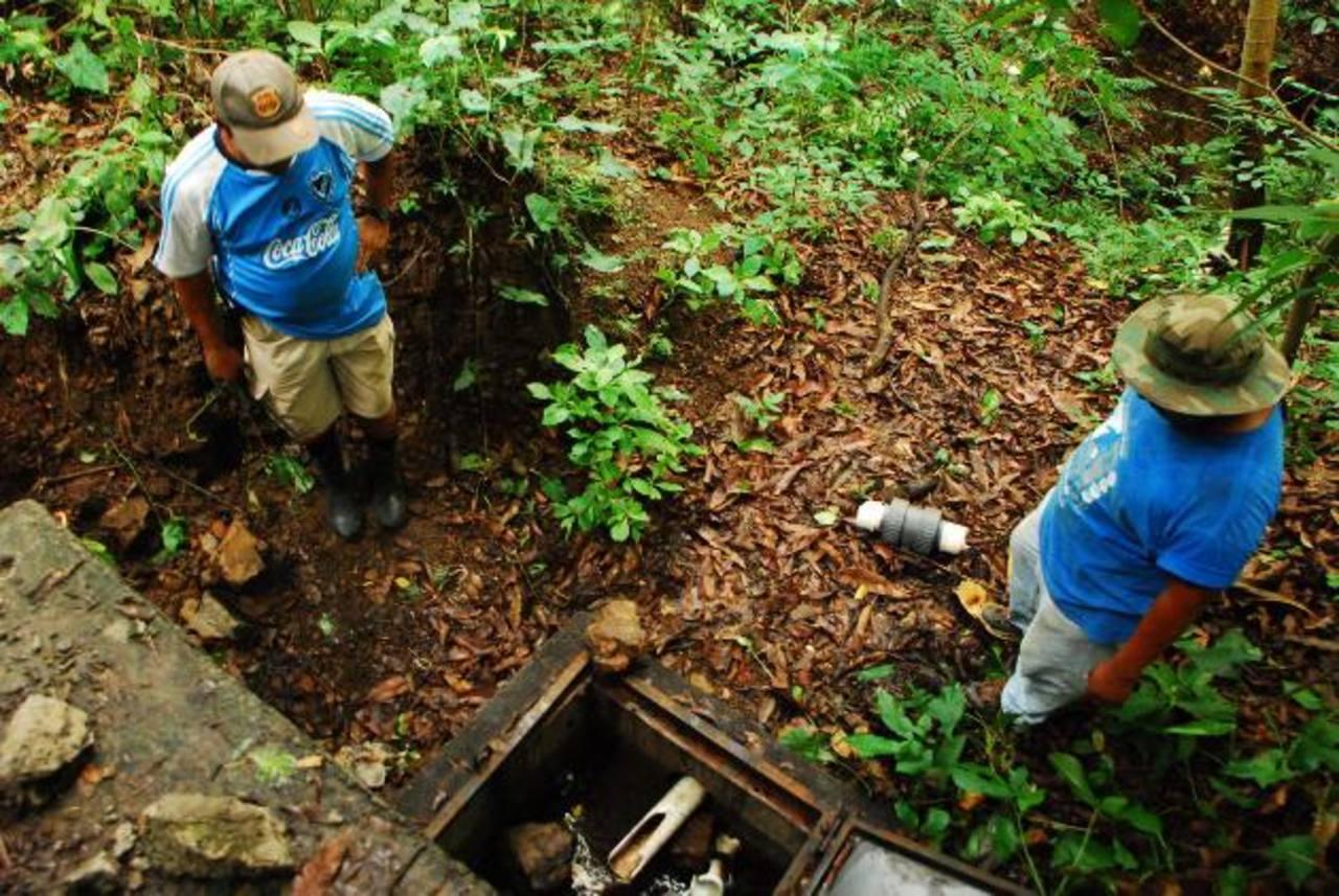Las cajas de captación de agua fueron dañados por vándalos entre la noche del lunes y la madrugada del martes en el cantón San Juan, de Jocoro. Foto EDH / francisco torres