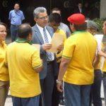El presidente de la Corte Suprema, Salomón Padilla, atiende los sindicalistas, quienes aprovecharon la protesta en apoyo al funcionario para entregarle una propuesta de contrato colectivo.