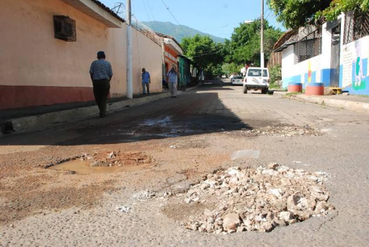 Los vecinos de barrio El Centro se quejan del mal estado de la calle por una fuga de agua. Foto EDH / insy Mendoza