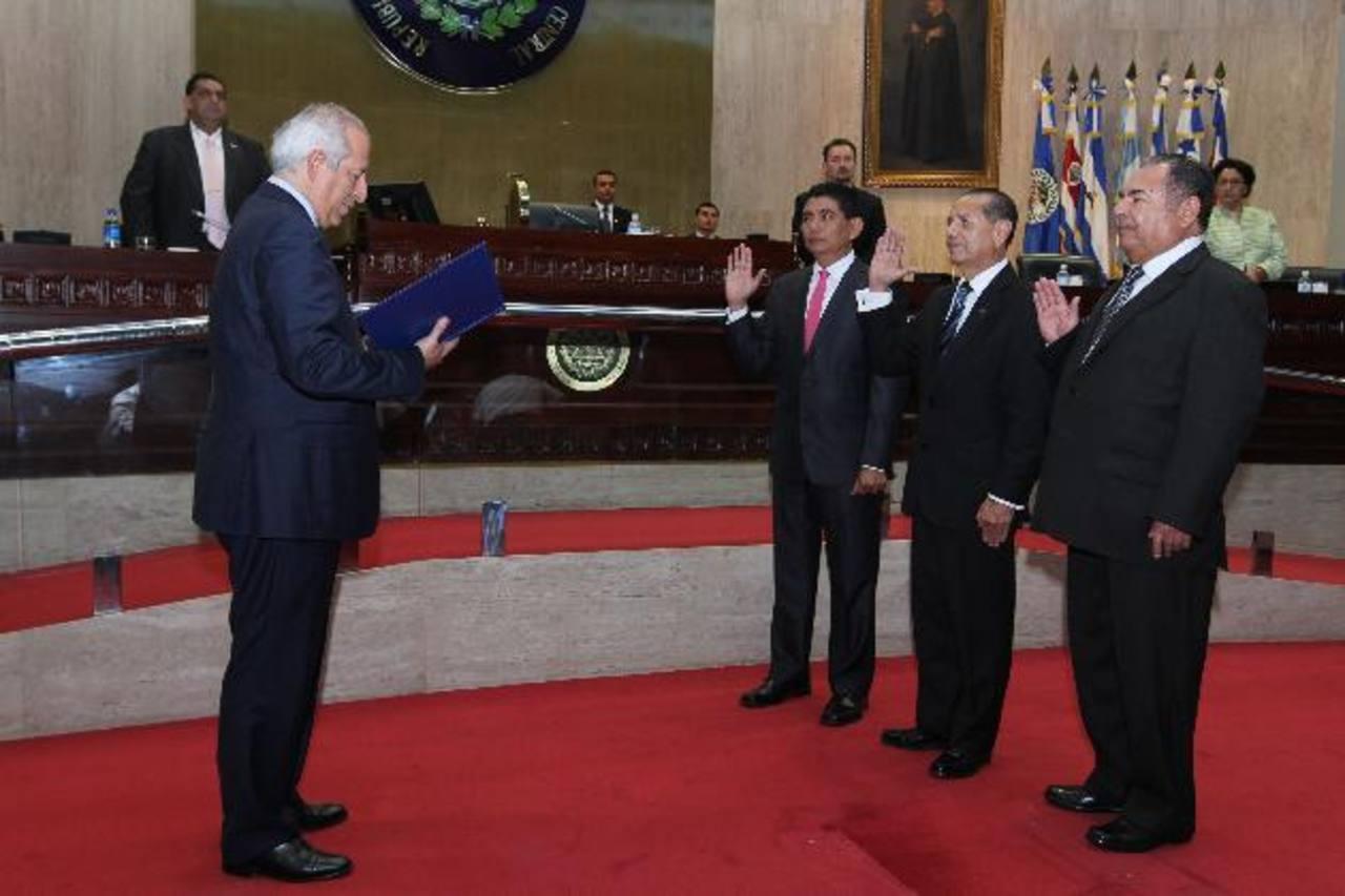 La noche del jueves fueron elegidos y juramentados Rosalío Tóchez (centro) como presidente, y Raúl López (izquierda) y Jovel Valiente, como magistrados de la CCR. foto edh / archivo