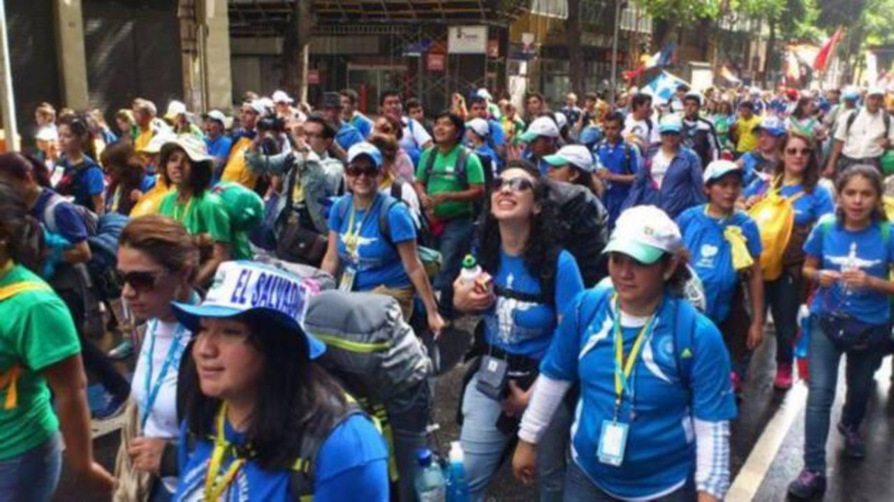 Salvadoreños se unen al peregrinaje