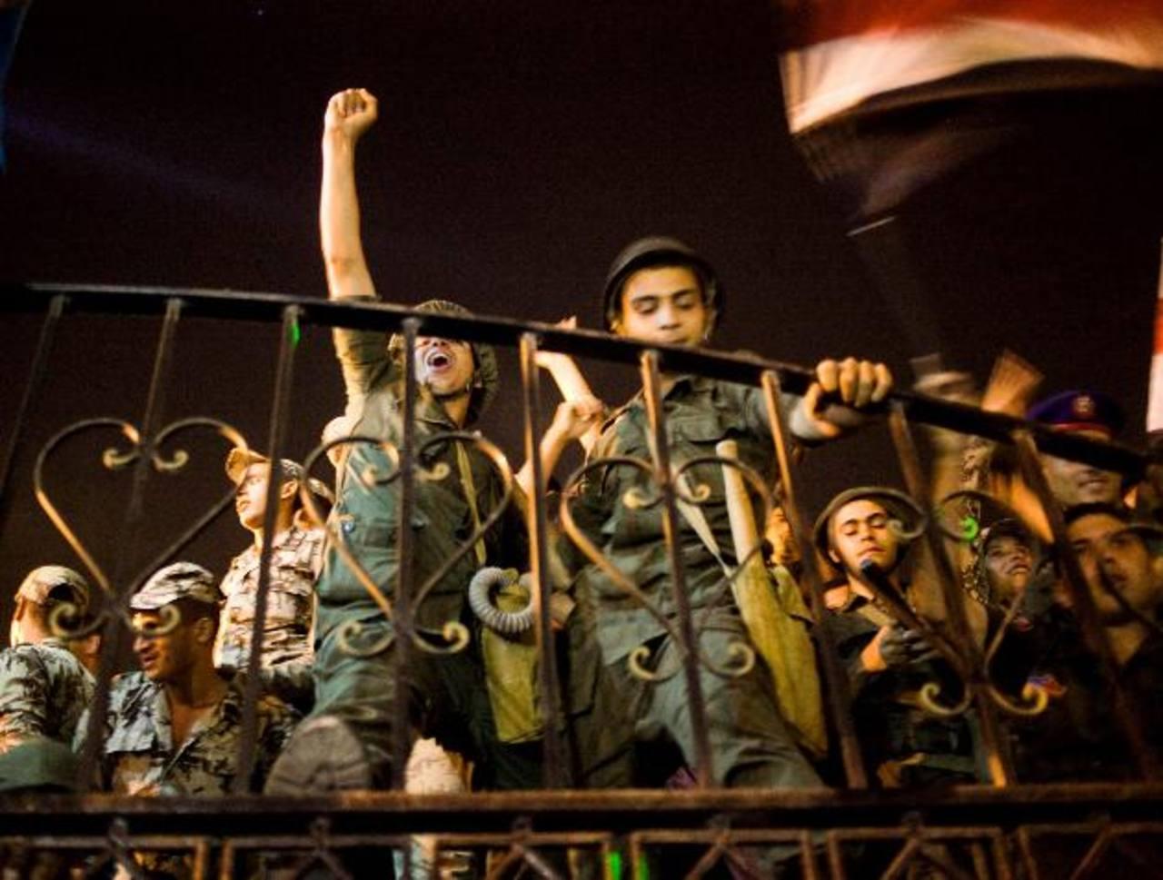 Simpatizantes del presidente egipcio Mohamed Mursi rezaban ayer cerca de la Universidad de El Cairo. foto edh /EFESoldados egipcios celebran ayer tras el discurso del ministro de Defensa egipcio, Abdel-Fattah Al-Sissi, al anunciar el derrocamiento de