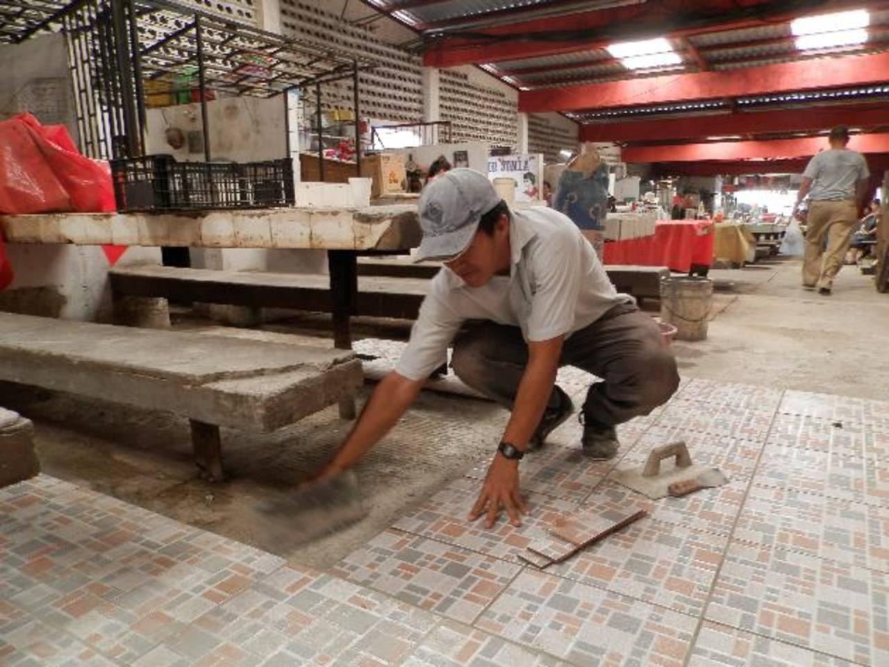 Los trabajos incluyen el cambio de piso y muchos vendedores y usuarios se muestran satisfechos. Foto EDH / Cristian Díaz